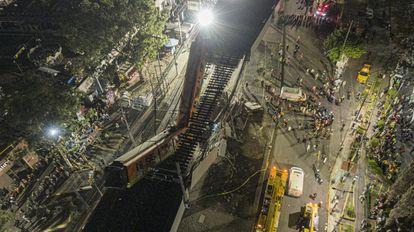 La estructura se desplomó sobre los vehículos que circulaban en la avenida Tláhuac.