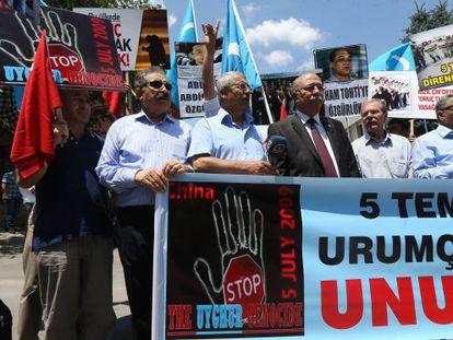Uigures que viven en Turquía recuerdan los disturbios de 2009.