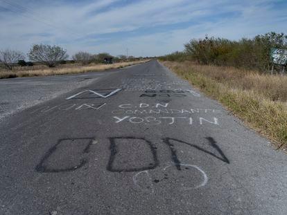 """Mensajes del """"Cartel del Noroeste"""" sobre el asfalto en el camino que conduce a la frontera de los estados de Nuevo león y Tamaulipas."""