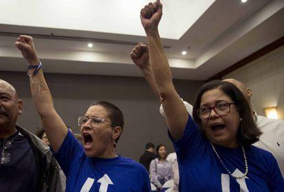 La activista Tamara Davila (izquierda) y la dirigente opositora Violeta Granera durante una elección interna de la opositora Unidad Azul y Blanco (UNAB).