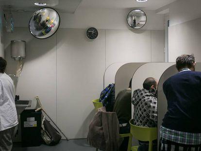 Imagen de archivo de una de las salas de consumo supervisado del CAS Baluard de Barcelona