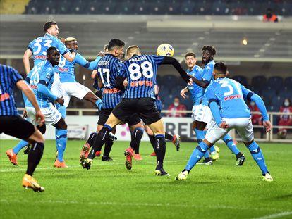 Romero y Pasalic, en una jugada de ataque en el partido contra el Nápoles.