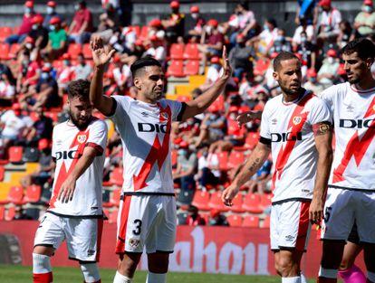 Falcao saluda al público tras el partido en Vallecas.