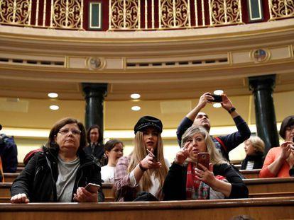 Un grupo de visitantes toma fotografías en el hemiciclo del Congreso en la tradicional jornada de puertas abiertas.
