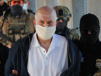 Eduardo Arellano Félix es entregado a las autoridades mexicanas en el puente fronterizo de la ciudad de Matamoros-Brownsville.
