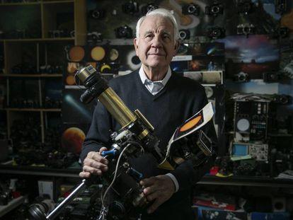 Antonio del Solar, astronomo aficionado, regenta una tienda de reparacion de camaras fotográficas en Madrid.