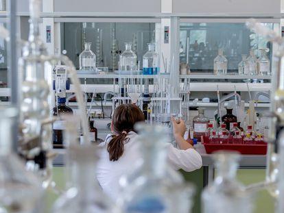 Una científica en un laboratorio.