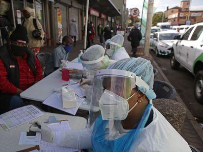 Realización de tests de coronavirus en el centro comercial Bloed Street de Pretoria, en Sudáfrica, el pasado 11 de junio.