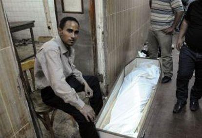 Un hombre en la morgue de Zeinhom.
