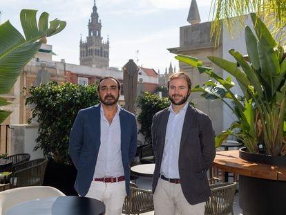 Los empresarios Antonio Gordillo (izquierda) y Gonzalo Armenteros, fotografiados en su hotel de Sevilla.