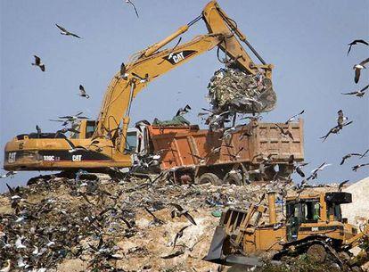 Las excavadoras remueven ya los vertidos de finales de enero