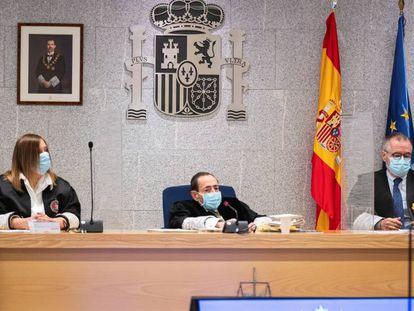 El juez Alfonso Guevara durante el inicio del juicio por el atentado terrorista de 2017 en Barcelona y Cambrils (Tarragona) celebrado en la Audiencia Nacional de San Fernando de Henares, Madrid, el 10 de noviembre de 2020.