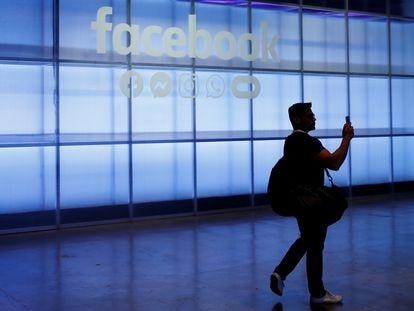 Un asistente a la conferencia Facebook Inc's F8 en San Jose, California, el pasado abril.