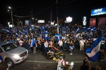 Un grupo de personas se reúnen en la rotonda Jean Paul Genie para protestar en contra de la represión ejercida por el gobierno de Daniel Ortega en el inicio de las protestas el 12 de abril de 2018.
