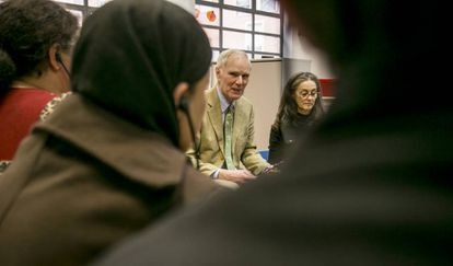 El relator de la ONU sobre la pobreza, Philip Alston, reunido con familias en riesgo de exclusión en la sede de la fundación Balia en Madrid.