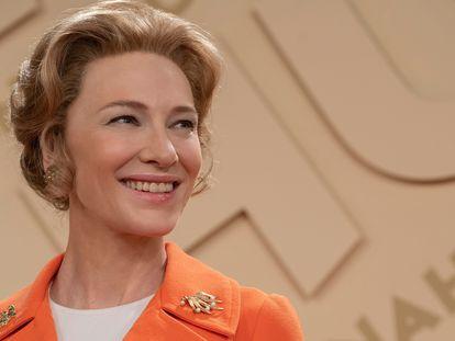 Cate Blanchett, como la activista Phyllis Schlafly, en la serie 'Mrs. America'.