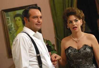 Los actores cubanos Jorge Perugorría y Broselianda Hernández durante el rodaje de la película 'Una rosa de Francia', del director español Manuel Gutiérrez Aragón, en 2005.