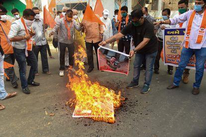 Partidarios de un grupo de extrema derecha hindú queman carteles del presidente chino, Xi Jinping, durante una manifestación en la ciudad india de Ahmedabad