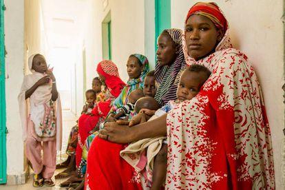 Un grupo de madres espera a que sus hijos sean atendidos en uno de los centros de MSF en Kousseri, que distribuye medicación contra la desnutrición aguda.