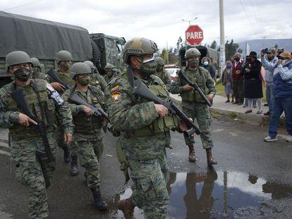 Militares ecuatorianos, en el acceso a una de las prisiones escenario de los motines, la cárcel de Sierra Centro Norte, en Latacunga, el 22 de julio.