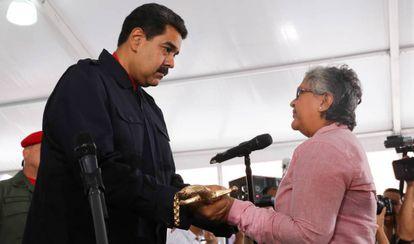 Maduro condecora a Tibisay Lucena tras conocerse las sanciones de EEUU.