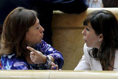 La senadora de CiU Montserrat Candini (izquierda) charla con la del PP Alicia Sánchez-Camacho durante el pleno del Senado