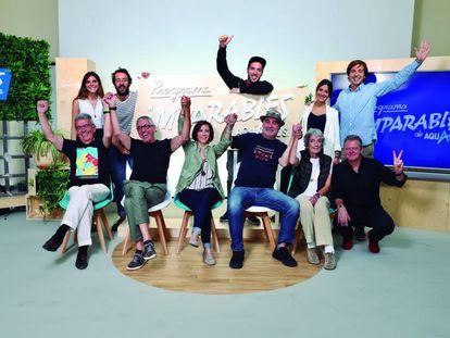 Los cinco finalistas y sus mentores junto al periodista Juan Luis Cano, maestro de ceremonias de la gala final.
