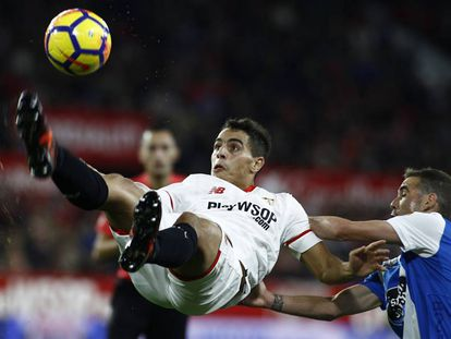 Ben Yedder remata de forma acrobática contra el Deportivo.