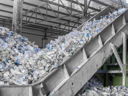 Planta de reciclaje de botellas de plástico en Uzbekistán.
