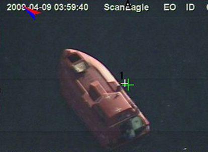 La lancha de los piratas, en una imagen de la Armada de EE UU.