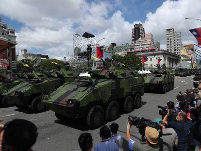 Desfile de vehículos militares durante la celebración del Día Nacional de Taiwán el 10 de octubre.