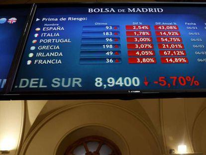 Pantalla de medición de la prima de riesgo en la Bolsa de Madrid. / CHEMA MOYA (EFE)