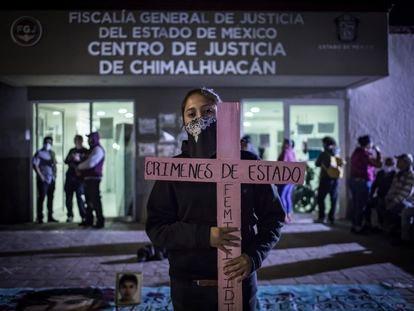 Una joven se manifiesta frente a la Fiscalía del Estado de México, en el municipio de Chimalhuacán, para exigir justicia por el feminicidio de Diana Velázquez.