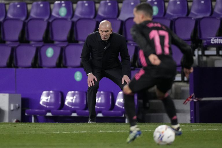 Zidane observes a play during the Valladolid-Real Madrid this Saturday.