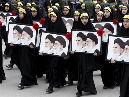 Un grupo de niñas desfiló con los retratos del Ayatolá Khomeini y del actual líder supremo Ayatolá Khamenei, en una marcha organizada en Irán tras el funeral de tres miembros de Hezbolá, el pasado octubre.