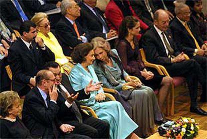 En el centro, la reina Sofía conversa con Suzanne Sabet. A la izquierda de la imagen, Jacques Chirac y su mujer, Bernadette Chodron y Hosni Mubarak. A la derecha de la Reina, Rania de Jordania y Costis Stefanopulos, ayer durante la inauguración de la Biblioteca de Alejandría.