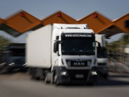 Camiones cruzan las barreras alzadas del peaje libre de pago tras el fin de la concesión.