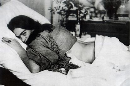 'Frida Kahlo. Sus fotos' es un volumen que recoge la colección de imágenes de la icónica pintora mexicana y su marido, Diego Rivera. La muestra se ha seleccionado entre más de 6.000 fotografías, algunas de ellas firmadas por Man Ray o Munkácsi, entre otros reputados profesionales. También hay algunas que firma la propia artista o que se sospecha que son suyas. Fotografía: Frida Kahlo en Nueva York, 1946.