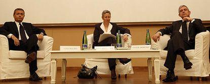 El director de <i>La Repubblica,</i> Ezio Mauro, y el director de EL PAÍS, Javier Moreno, durante el debate moderado por Rosa Massagué.