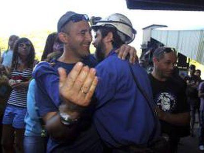 Uno de los cinco mineros que permanecían desde el 11 de julio último en el pozo de Santa Cruz del Sil (León) es recibido por sus familiares tras abandonar esta tarde su encierro de protesta.