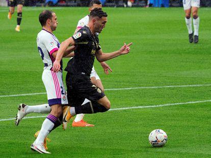 Lucas Pérez provoca un penalti contra el Valladolid en el estadio José Zorrilla este domingo.
