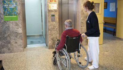 Un usuario en silla de ruedas entra en un ascensor.