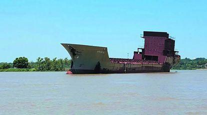 """El """"barco fantasma"""" navega sin rumbo por el río Paraná, a la altura de la provincia argentina de Corrientes."""