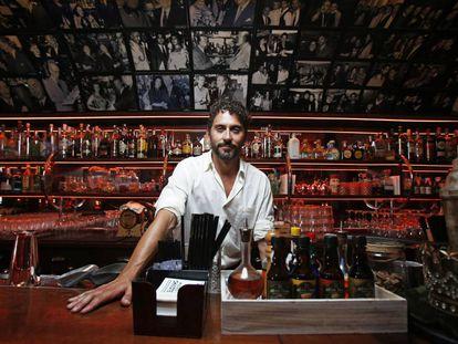 Paco León en la barra de Chicote, que visitaba con frecuencia Ava Gardner.