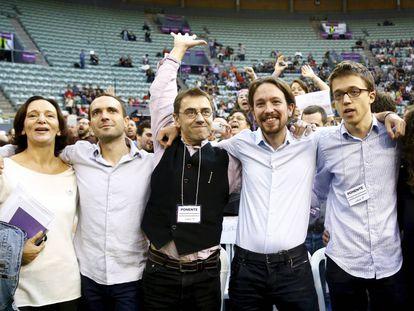 Carolina Bescansa, Luis Alegre, Juan Carlos Monedero, Pablo Iglesias e Íñigo Errejón, en la asamblea de Podemos en el Palacio de Vistalegre en 2014.
