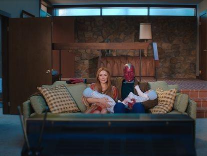 Elizabeth Olsen y Paul Bettany en 'Bruja Escarlata y Visión'.