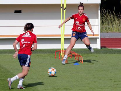 Alexia Putellas (d) y Mariona Caldentey (i) en el entrenamiento de España
