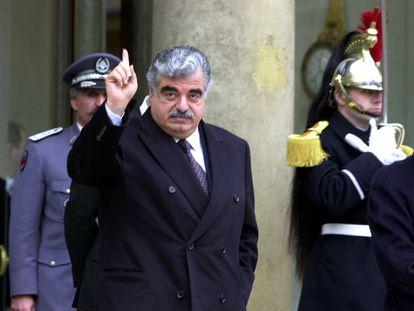 El que fuera primer ministro libanés Rafik Hariri abandona el palacio del Elíseo en París en 2001. (REUTERS/Xavier Lhospice).
