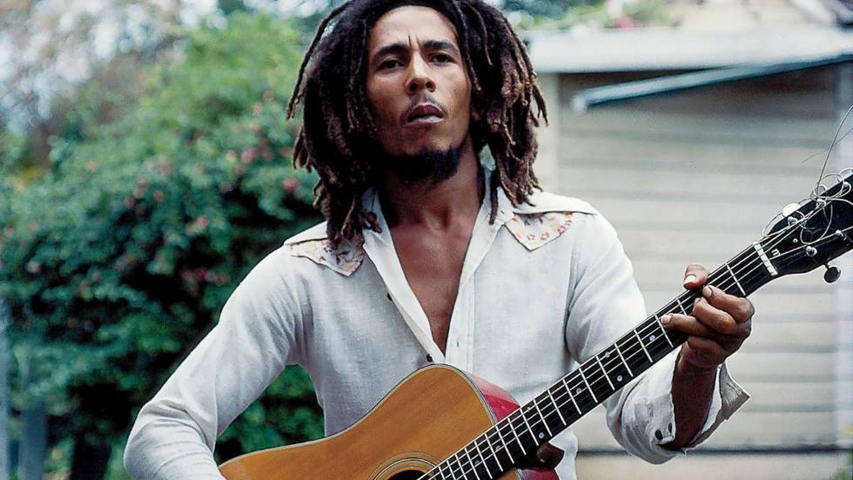 Bob Marley, devant son domicile de Kingston, où il a été abattu en 1976.
