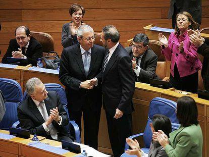 La conselleira Teresa Táboas conversa con Pilar Rojo (de espaldas) ayer en el Parlamento.